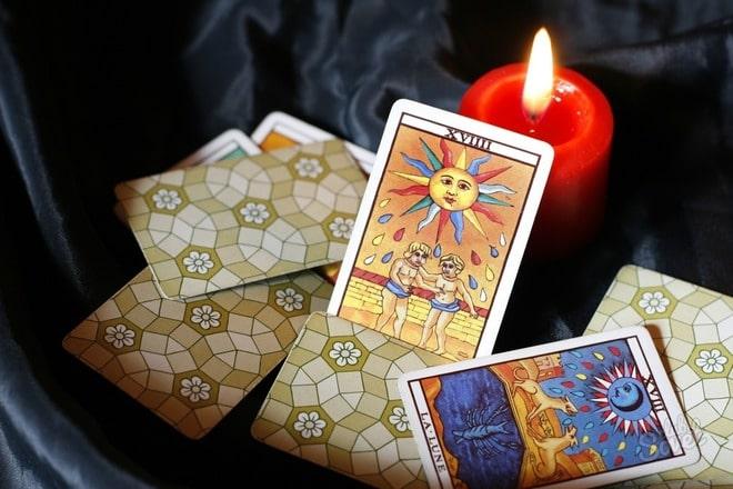 две карты таро и свеча